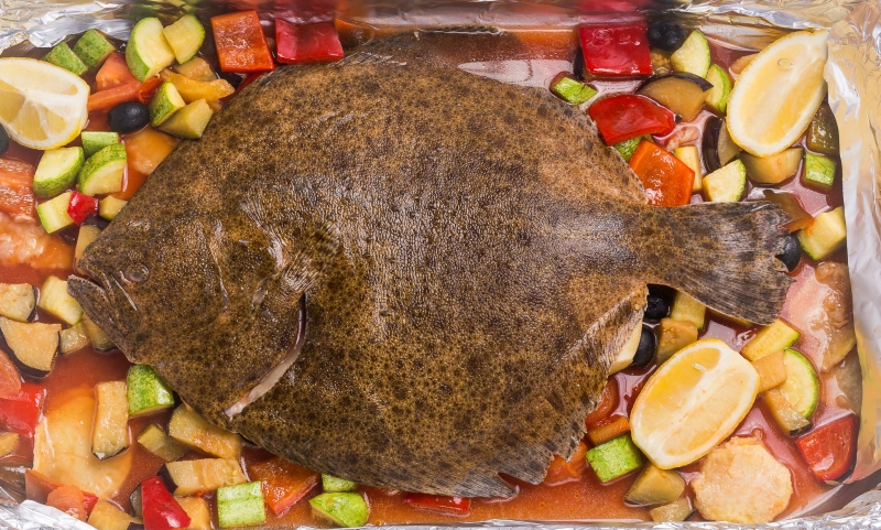 Turbot with vegetables and wine sauce in the oven Turbot with vegetables and wine sauce in the oven Calcan la cuptor