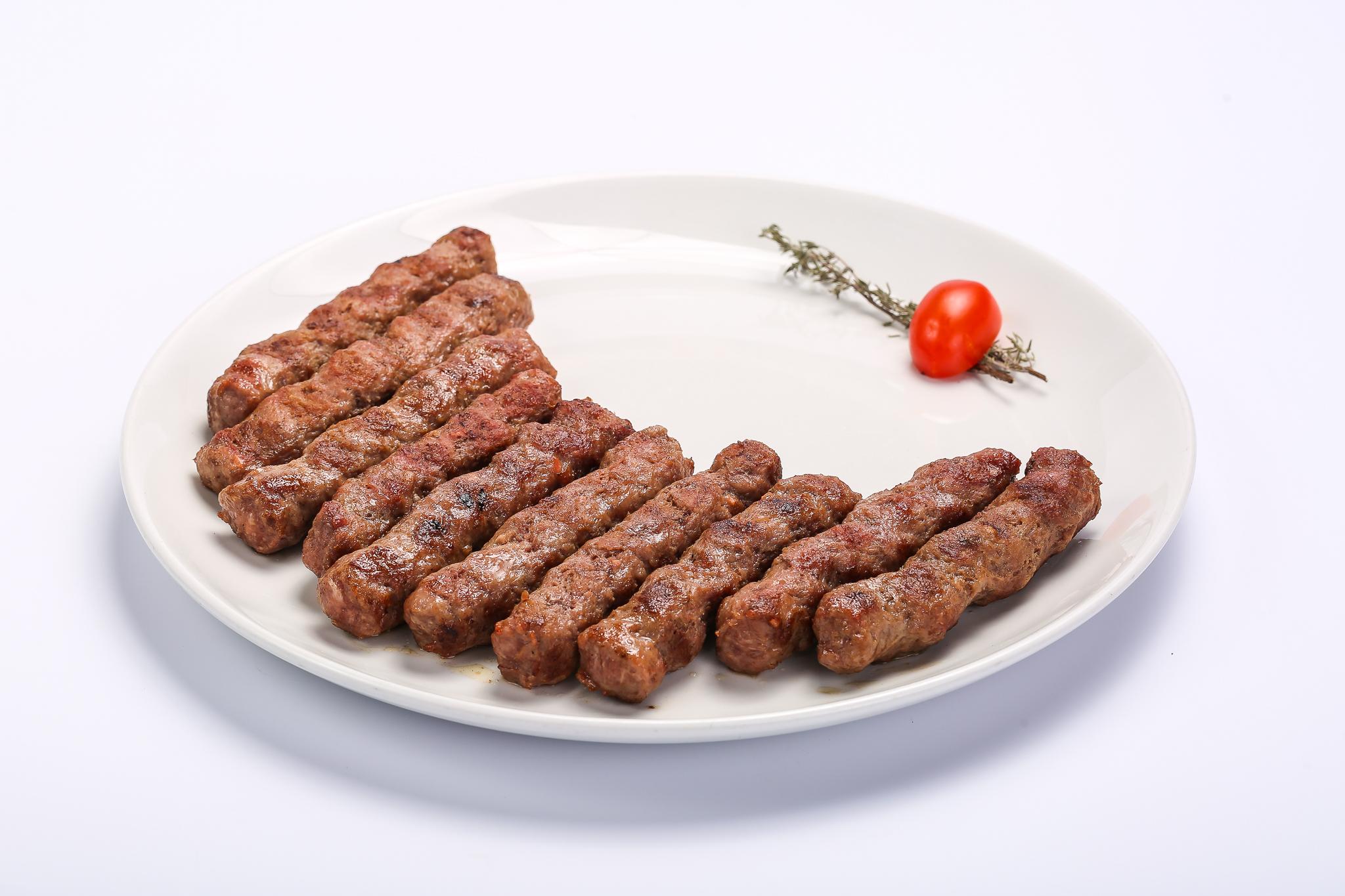 Gusturi din Balcani. Mici românești Vs. Ćevapčići sârbești Mici sarbesti